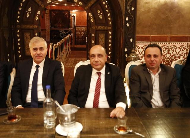 """Türk Eximbank Genel Müdürü Adnan Yıldırım Twitter hesabından yaptığı açıklamada, """"Londra'da yaptığımız Non-deal RoadShow görüşmelerini tamamladık. Programda sekiz görüşme vardı, Türkiye'ye olan yüksek ilgi nedeniyle 16 kurumsal yatırımcı ile ucu açık görüşmeler yaptık. Gerçek dışı dedikodu ve yanlış bilgilere karşı yatırımcılarımızı yerinde ve doğru bilgilendirdik"""" dedi."""