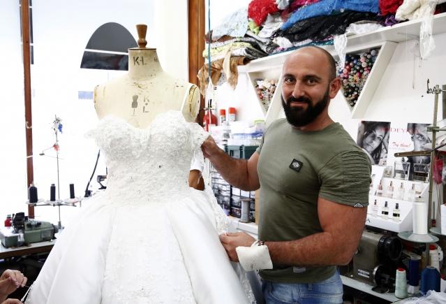 """Ödüllü Türk Tasarımcı Mustafa Aslantürk İngiliz Seçkinleri Giydiriyor  Moda dünyasına """"Aslantürk""""  imzasıyla giren, 2010 yılında İngiltere'nin """"En İyi Çıkış Yapan Yeni Tasarımcısı"""" seçilen Kıbrıs asıllı Mustafa Aslantürk, """"Şadiye"""" markasıyla özel günlerin aranılan modacısı oldu.  MİHRİŞAH SAFA yazdı  FOTOĞRAFLAR İZİNSİZ KULLANILAMAZ"""